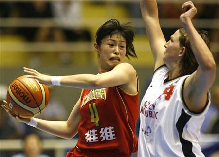 图文:女篮世锦赛中国不敌捷克 宋晓云恃机传球