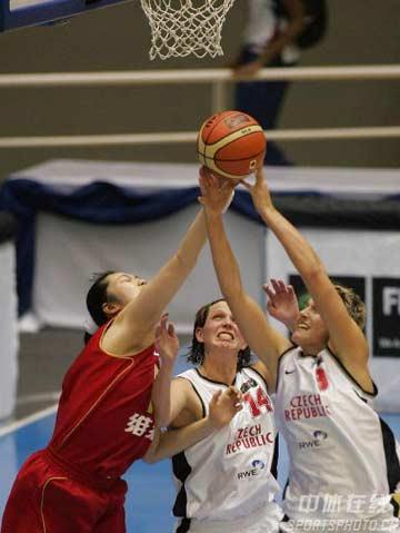 世锦赛图:中国队不敌捷克队 陈晓莉争抢篮板