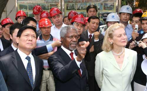 图文:2006年5月联合国秘书长访问北京参观鸟巢