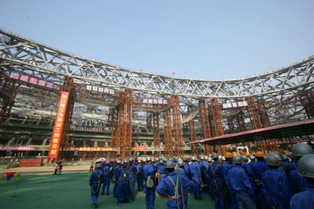 图文:鸟巢实施钢结构卸载 建筑工人进入体育场