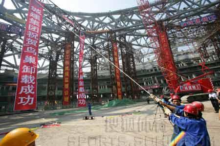图文:鸟巢实施钢结构卸载 建设者在施工现场