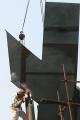 图文:鸟巢实施钢结构卸载 工人现场焊接钢架