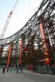 """图文:""""鸟巢""""钢结构卸载完成 工人=在拆卸钢架"""