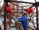"""图文:""""鸟巢""""钢结构卸载完成 工人在解卸缆绳"""
