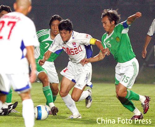 图文:中超26轮重庆1-1国安 魏新突破国安防守
