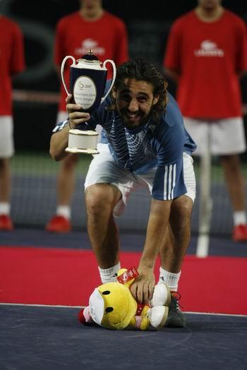 图文:巴格达蒂斯夺个人首冠 冠军与吉祥物