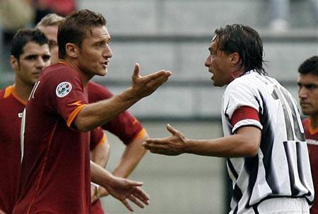 图文:罗马2-0领先锡耶纳 托蒂基耶萨场上争执