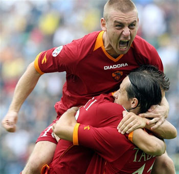 图文:罗马2-0领先锡耶纳 球队领先德罗西疯狂