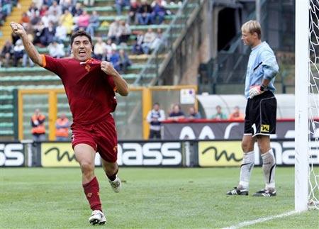 图文:罗马2-1领先锡耶纳 皮萨罗进球后吻球衣