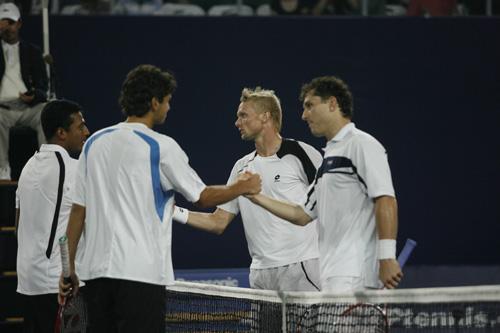 图文:06中网男双上演决赛 两队选手赛后握手