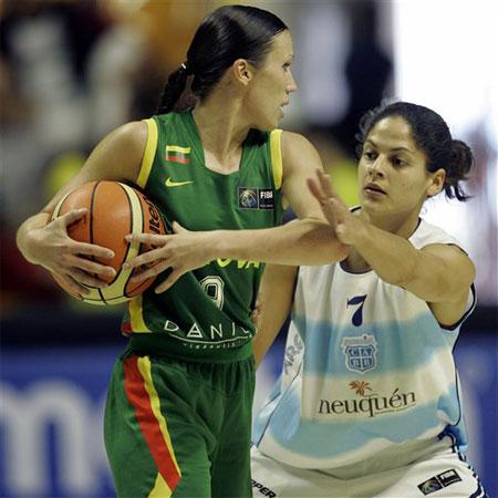 图文:女篮世锦赛阿根廷47-62立陶宛 双方争球