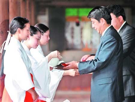 日本自民党将改选总裁 小泉为报恩提拔安倍(图)