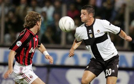 图文:帕尔马0-1暂落后米兰 西米奇对抗莫菲奥