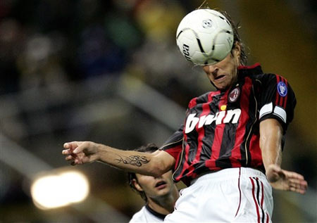 图文:帕尔马0-1落后米兰 安布罗西尼头球争顶