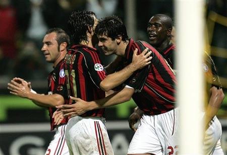 图文:帕尔马0-2负米兰 卡卡和队友庆祝进球