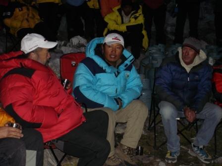 队员进行大规模训练 C1汇聚各国登山队员