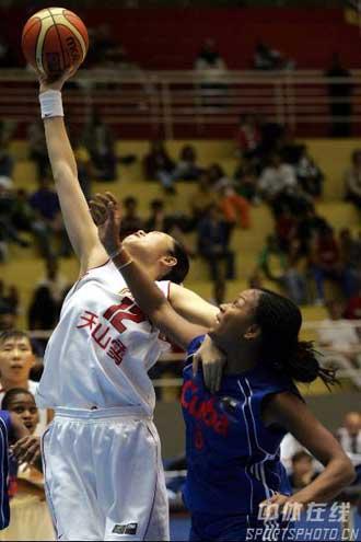 世锦赛图:中国险胜古巴 陈晓莉拼抢篮板