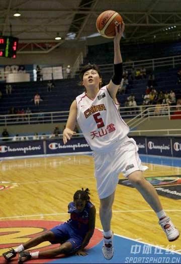 世锦赛图:中国险胜古巴 卞兰恍倒对手上篮