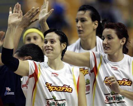 图文:西班牙85-57加拿大 西班牙球员互相庆祝