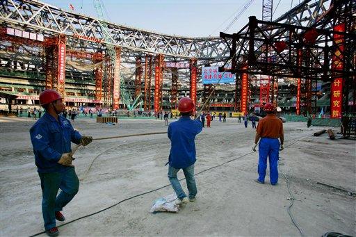 图文:鸟巢成功完成钢结构卸载 工人紧张工作