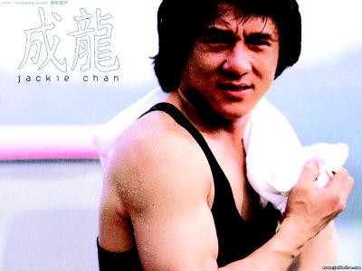 成龙被曝31年前曾拍三级片 裸上身与艳星相拥