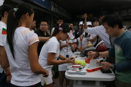 网球冠军郑洁、晏紫卖场助阵索尼爱立信