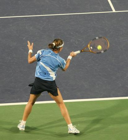 图文:中网女单首轮激战 卡斯塔诺底线大力击球