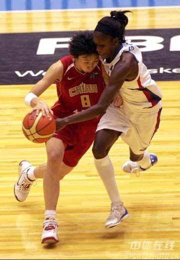 世锦赛图:中国女篮险胜法国 苗立杰带球突破