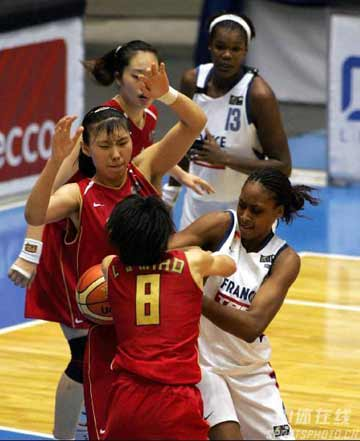 世锦赛图:中国女篮险胜法国 中国队双人夹击