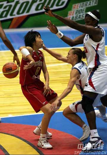 世锦赛图:中国女篮险胜法国 苗立杰突破分球