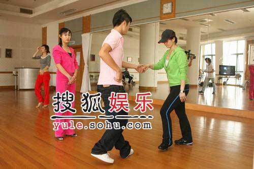 柯以敏上海学跳舞挑战高难度 为好玩不管输赢