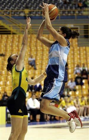 世锦赛图:澳大利亚大胜阿根廷 里奥斯飞身投篮