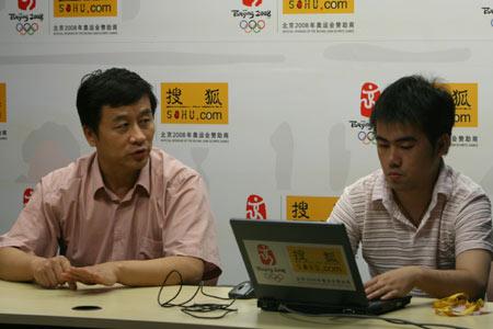 图文:张曙光做客搜狐聊天室 与主持人交流