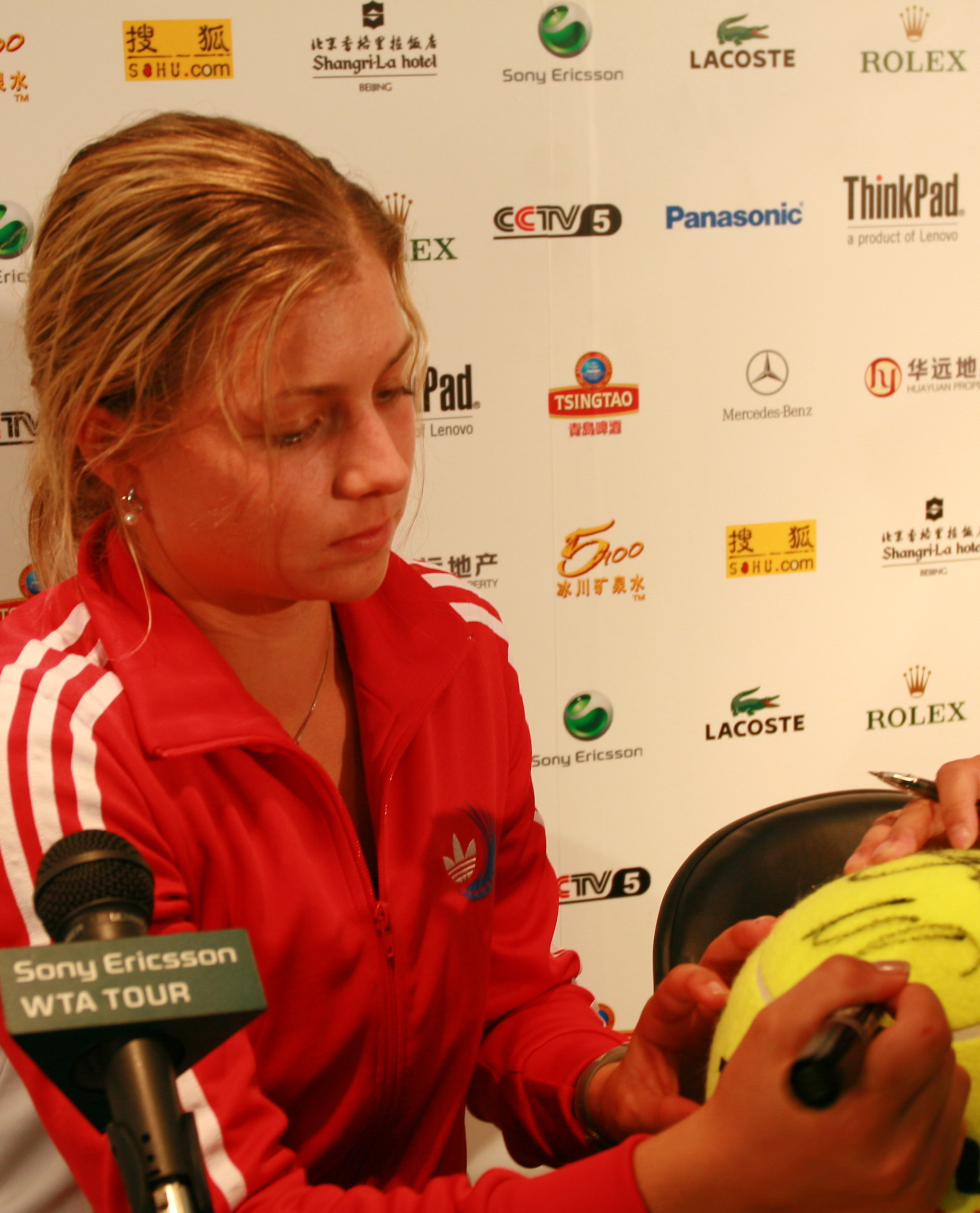 图文:中网女单首轮 基里连科在纪念球上签名
