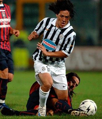 图文:克罗托内0-2落后尤文 卡莫突破遭铲断
