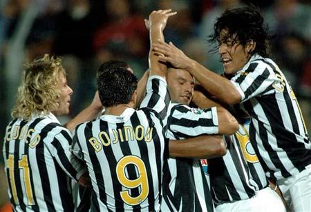 图文:克罗托内0-2落后尤文 场上球员欢庆进球