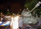 泰国军方坦克进在总理府前