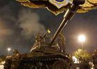 军方坦克在总理府外戒备