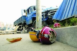 北京一货车为躲小面进人行道 车辆失控致2死4伤