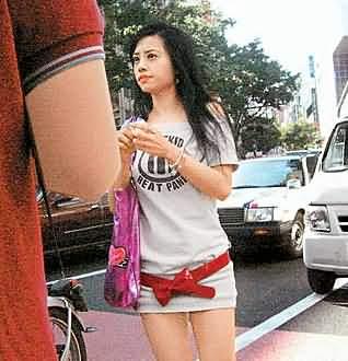 欣赏娜姐之余忙血拼 蔡依林惹火短裙横行街头