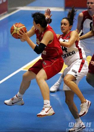 世锦赛图:中国女篮不敌加拿大 卞兰带球突破