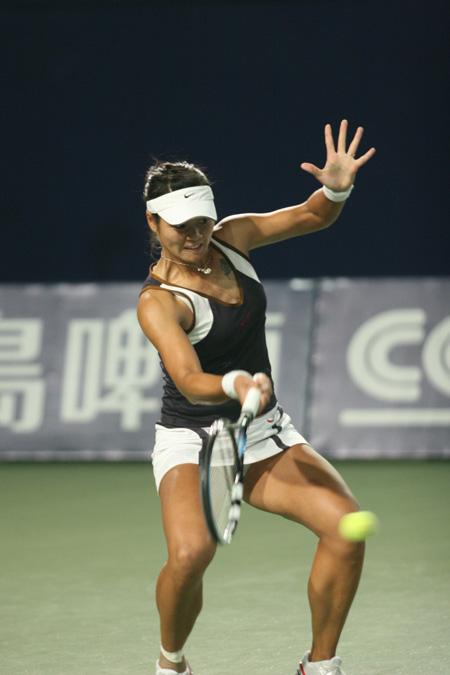 图文:06中网女单次轮 中国女一姐场上击球瞬间