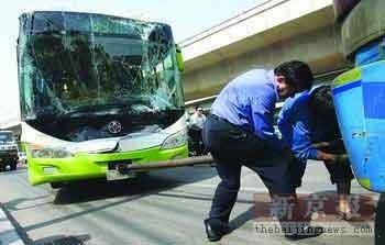 事故现场:公交转弯不减速撞上大货(图)