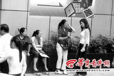 重庆人福利换现金 黄牛炒月饼票两周赚3万(图)