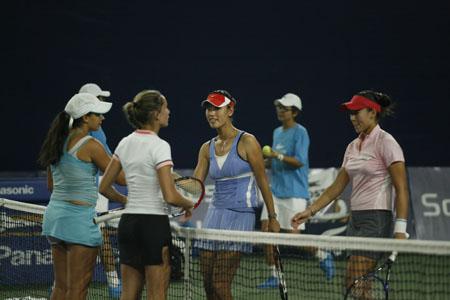 图文:中网女双1/4赛 中国搭档与对手握手