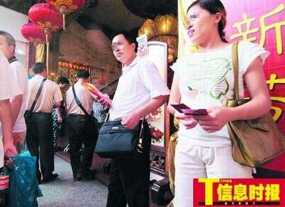 广州月饼票贩子推销出新招:先拿饼再付钱(图)