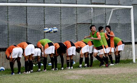 图文:深圳备战中超 对抗训练输球一方被集体打