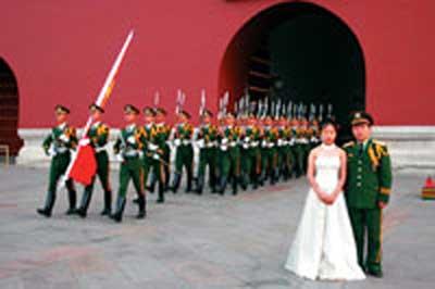 一名天安门武警举行婚礼 国旗护卫队祝福(图)