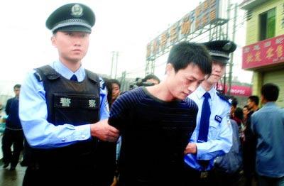 成都240名特警封闭式训练结束 昨日起巡街抓贼