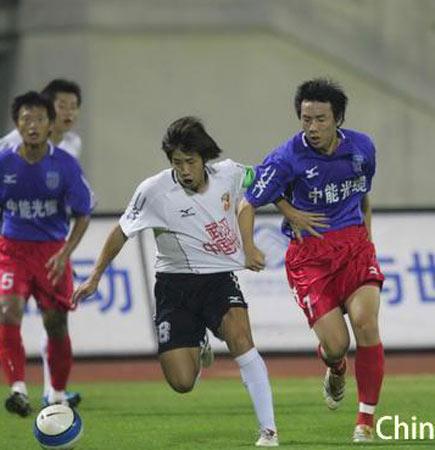 图文:中超第27轮武汉2-1青岛 双方队员拼抢